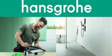 plombier devant une douche avec un caniveau Hansgrohe